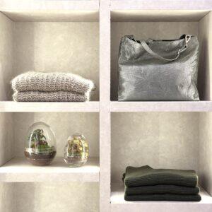 Negozio di moda mnganini abbigliamento milano Affori particolare del punto vendita espositore borsa maglione pianta foto Fabrizio Zambelli fotografo