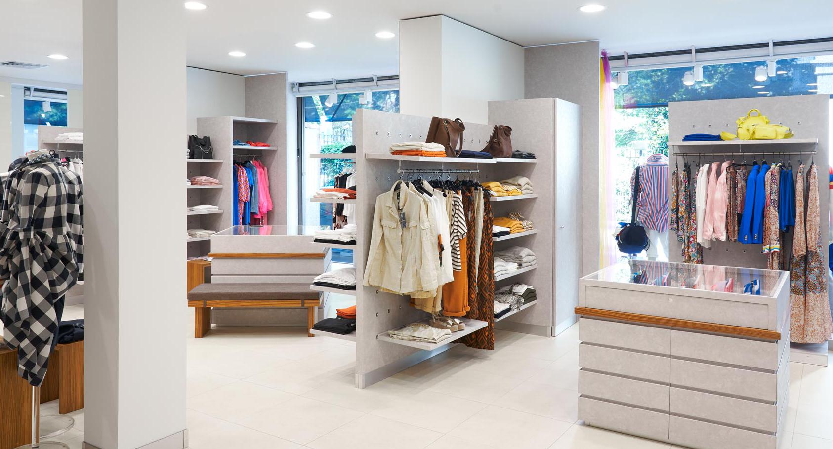 interno negozio abbigliamento moda Manganini milano.